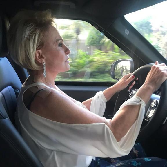 Ana Maria Braga posa em seu novo carro (Foto reprodução)