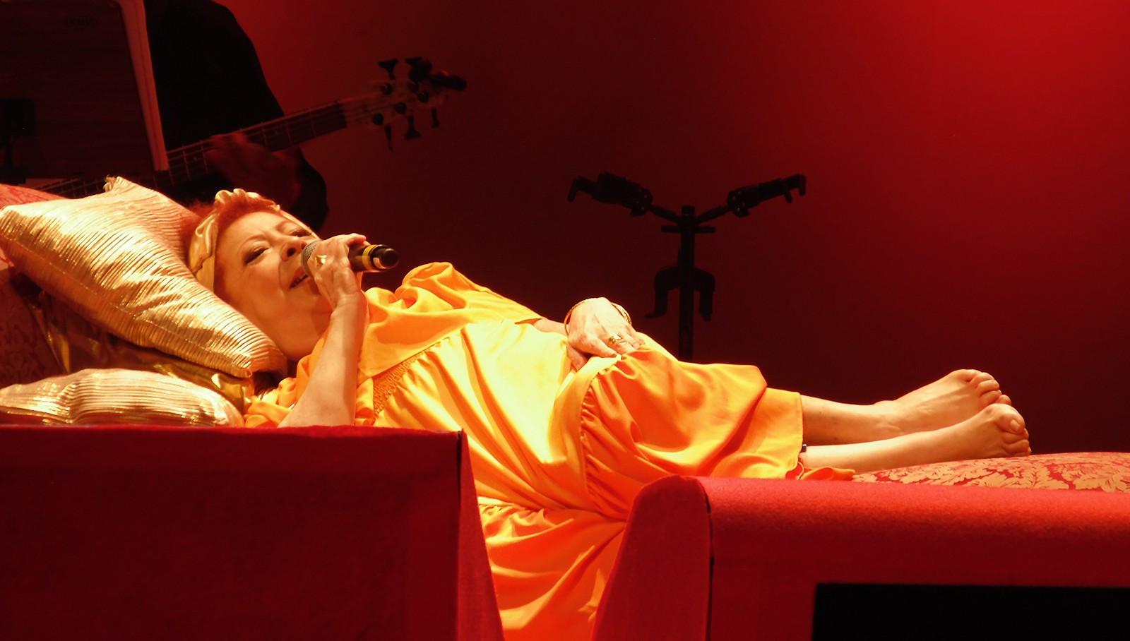 Beth Carvalho canta deitada em show no Rio de Janeiro — (Foto: Mauro Ferreira)