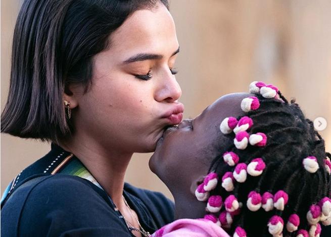 Bruna Marquezine em momento de afeto com criança na África  (Foto: Reprodução/Instagram)