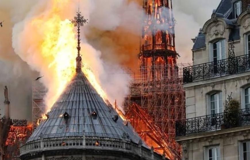 Catedral pegou fogo (Foto: Reprodução)