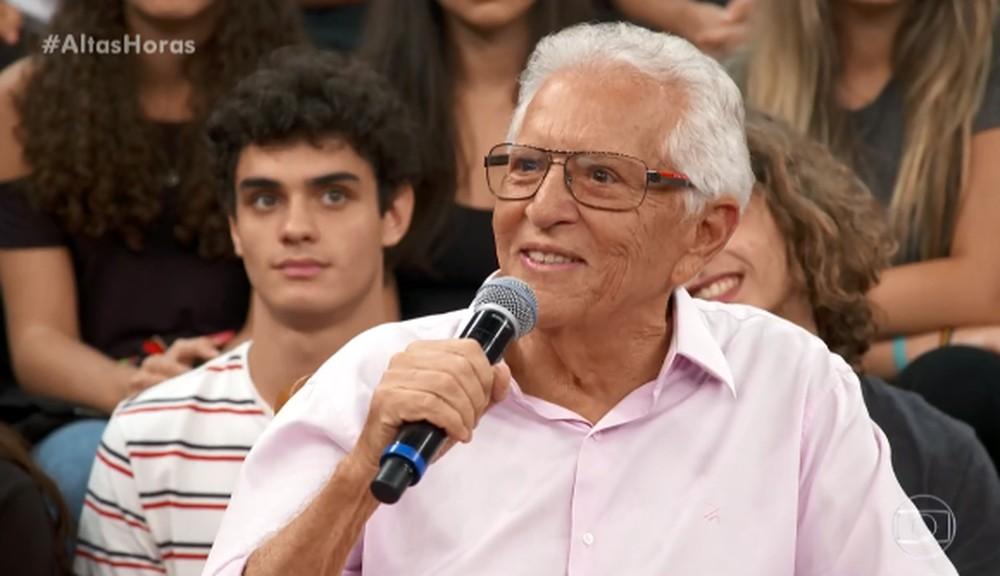 O famoso apresentador de A Praça É Nossa do SBT, Carlos Alberto de Nóbrega fala sobre a morte de Gugu Liberato e faz crítica a Globo (Foto: Reprodução)