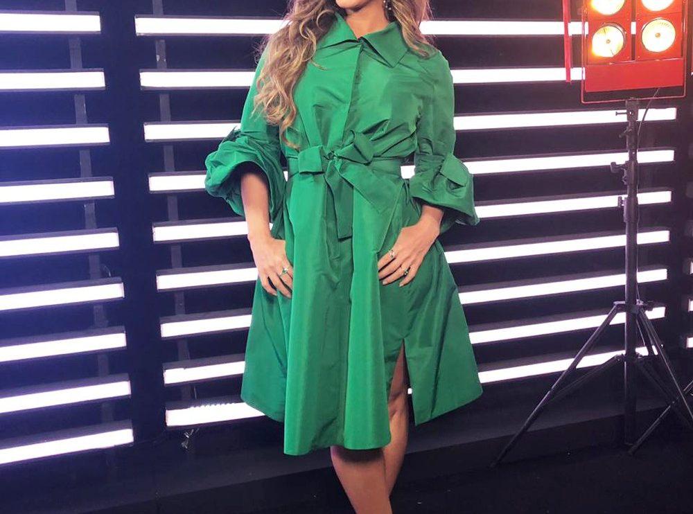 Claudia Leitte aposta em vestido verde estilo chemise para a semifinal do 'The Voice Kids' — (Foto: Paula Santos/ Gshow)