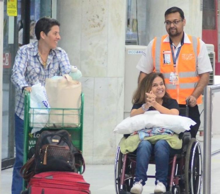 Claudia aparece sorridente em aeroporto do Rio de Janeiro (Foto: AGNews)