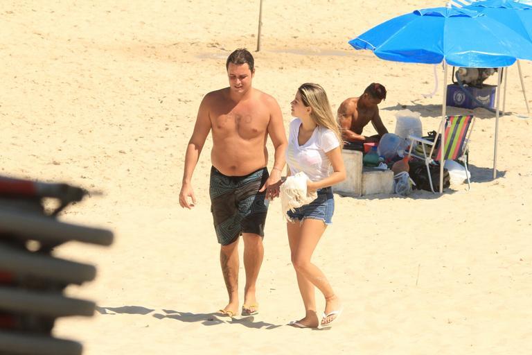 Felipe Dylon curte dia de praia e faz raríssima aparição com namorada (Foto:Divulgação / AgNews / JC Pereira)