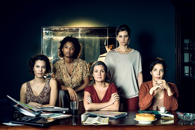 Adriana Esteves, Fernanda D'Umbra, Paula Possani, Jéssica Ellen e Hermila Guedes na série Assédio (Foto: Globo/Ramón Vasconcelos)