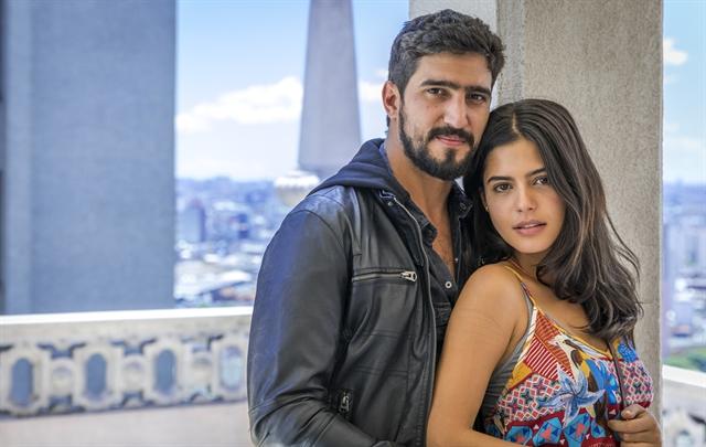 Renato Goes (Jamil) e Julia Dalavia (Laila) em Órfãos da Terra  (Foto: Globo/Paulo Belote)