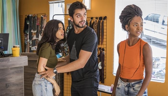 Laila (Julia Dalavia) e Bruno (Rodrigo Simas) em cena de Órfãos da Terra (Foto: Globo/Paulo Belote)