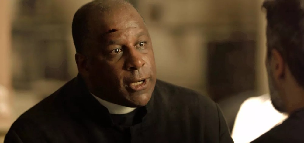 Padre Ramiro (Ailton Graça) será sobrevivente na matança de O Sétimo Guardião