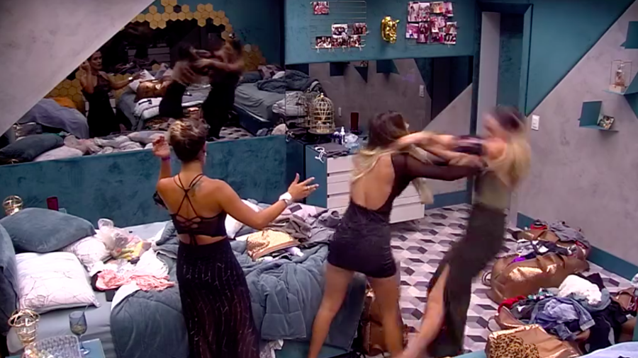 Hariany empurra Paula durante discussão Imagem: Reprodução/GloboPlay