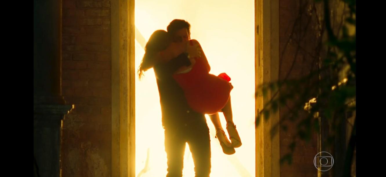 Alain salva Isabel de morrer queimada em Espelho da Vida