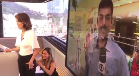 Calça de jornalista da Globo se rasga e ela mostra o buraco sendo costurado ao vivo 2