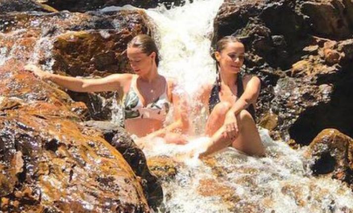 Mariana Ximenes e Débora Falabella em cachoeira (Foto: Reprodução/ Instagram)