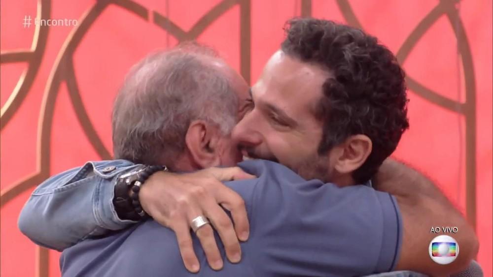 Mouhamed Harfouch se emocionou com o pai na Globo (Foto: Reprodução)