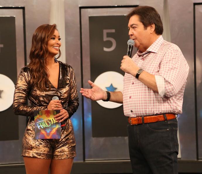 Faustão e Carol Nakamura no Domingão da Globo