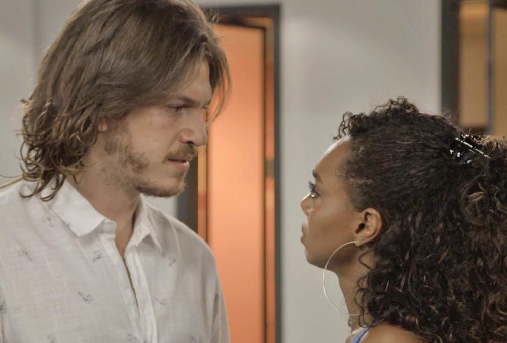 Quinzinho (Caio Paduan) e Dandara (Dandara Mariana) discutem na novela Verão 90 da Globo