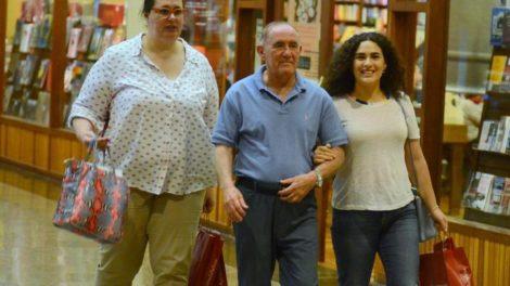 Renato Aragão, o Didi, a esposa Lilian Aragão e a filha Livia Aragão passeando em Shopping no Rio de Janeiro