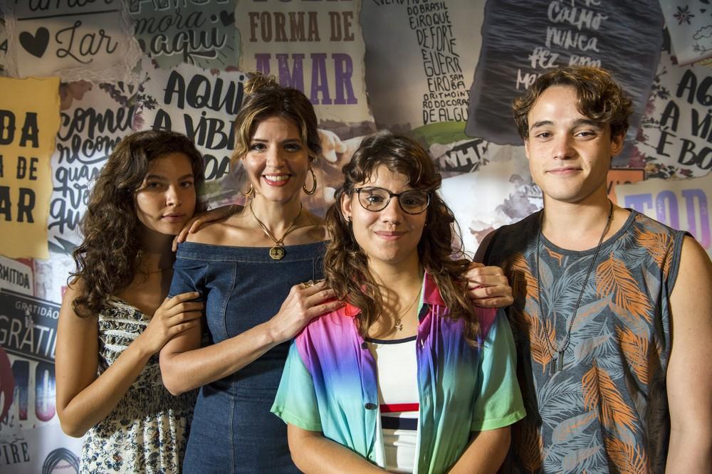 Rita (Alanis Guillen ), Carla (Mariana Santos)e seus filhos Raíssa (Dora de Assis) e Thiago (Danilo Maia) em Malhação Toda Forma de Amar