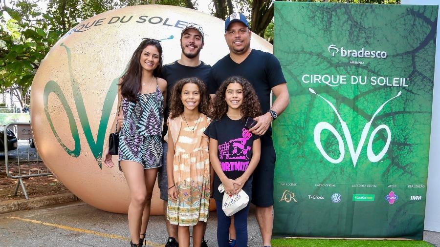 Ronaldo Fenômeno, seus três filhos e a namorada do mais velho, Ronald