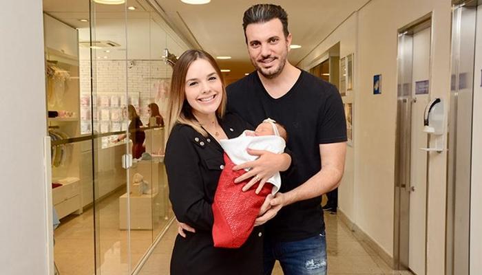 Thame e Fábio Elias deixam maternidade com Liz (Foto: Eduardo Martins/Ag. News)