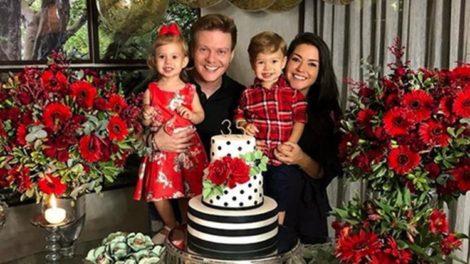 Thais Fersoza posa com Michel Teló e os filhos Melinda e Teodoro em sua festa surpresa (Foto: Reprodução)