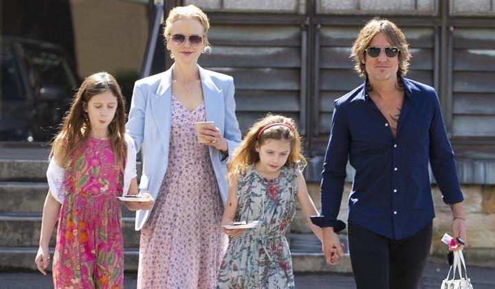 Nicole ao lado do marido, Keith Urban, e das filhas. (Foto: Divulgação)