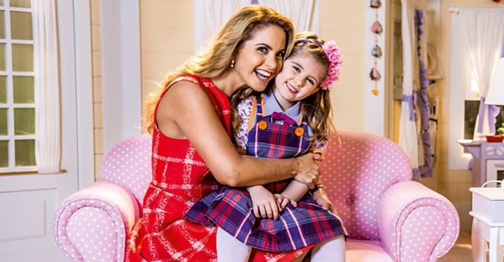 Lucero ao lado de Lorena Queiroz, protagonista de Carinha de Anjo. (Foto: Divulgação)