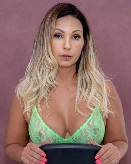 fc4d78e0e Valesca Popozuda mostra parte íntima ao posar de lingerie transparente   confira