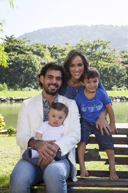 Juliano Cazarré com a mulher Letícia e os dois filhos, Vicente e Inácio Foto: Tabach/ Contigo!