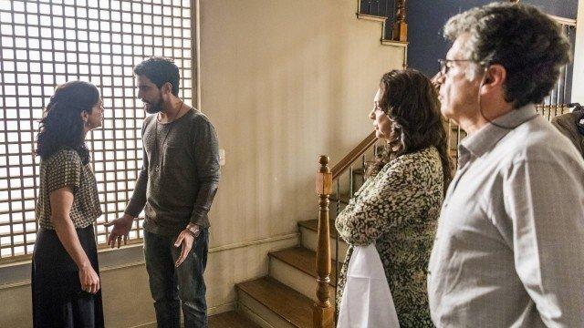 Sob o olhar de Rania e Miguel, Jamil pressiona Missade para saber de Laila em Órfãos da Terra (Foto: Paulo Belote/ Globo/ Divulgação)