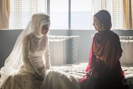 Soraia (Letícia Sabatella) conta para Laila (Julia Dalávia) sobre a morte de seu irmão, em Órfãos da Terra (Foto: Paulo Belote/ Globo/ Divulgação)