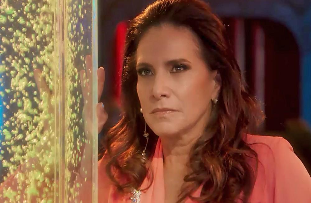Mercedes em cena da novela das 19h da Globo, Verão 90 (Foto: Reprodução)