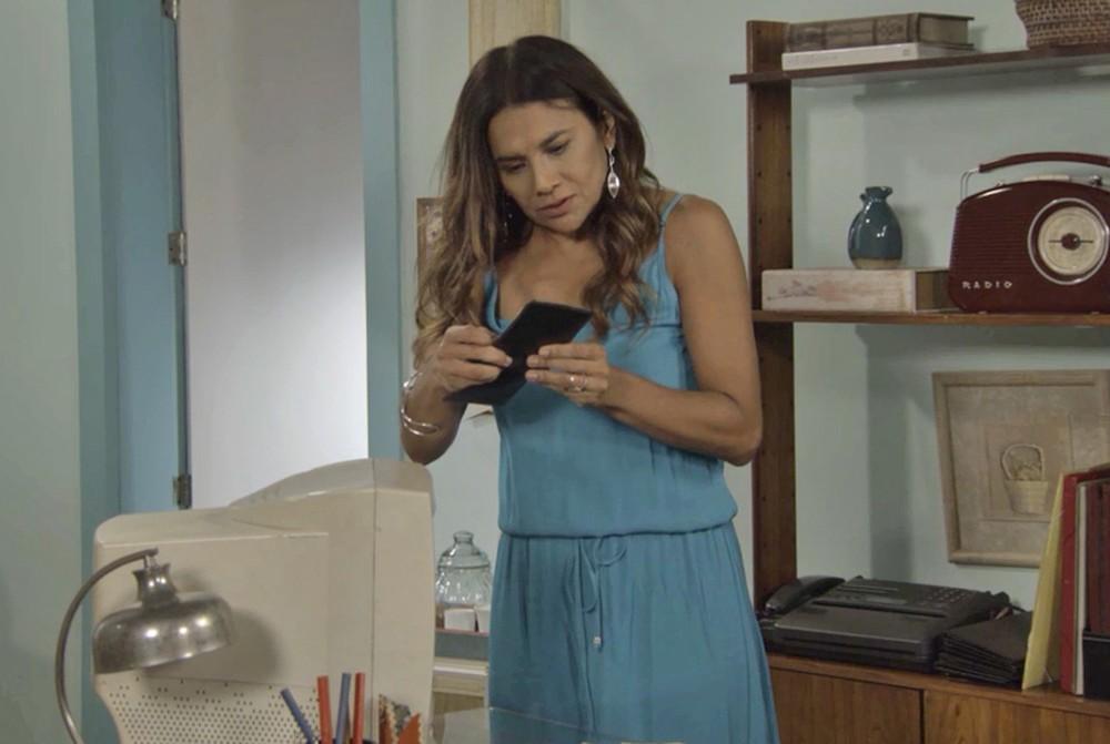 Janaína em cena da novela das 19h da Globo, Verão 90 (Foto: Reprodução)