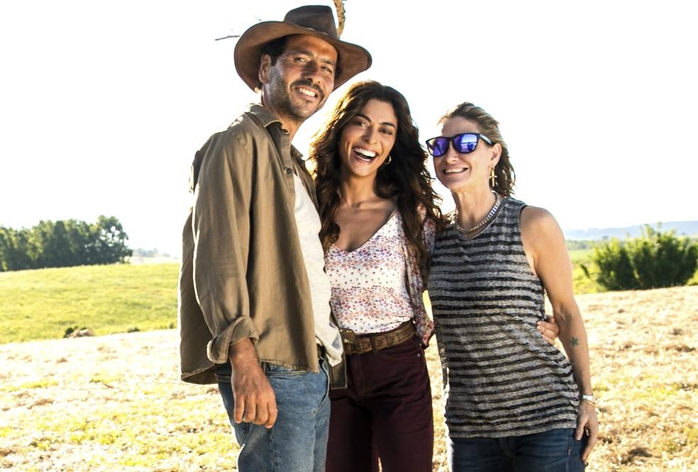 Juliana Paes e a diretora Amora Mautner nos bastidores da novela A Dona do Pedaço