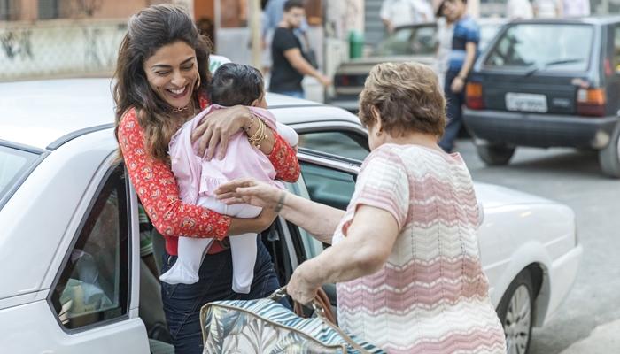 Maria da Paz (Juliana Paes) com Josiane bebê em A Dona do Pedaço (Foto: Globo/Paulo Belote)
