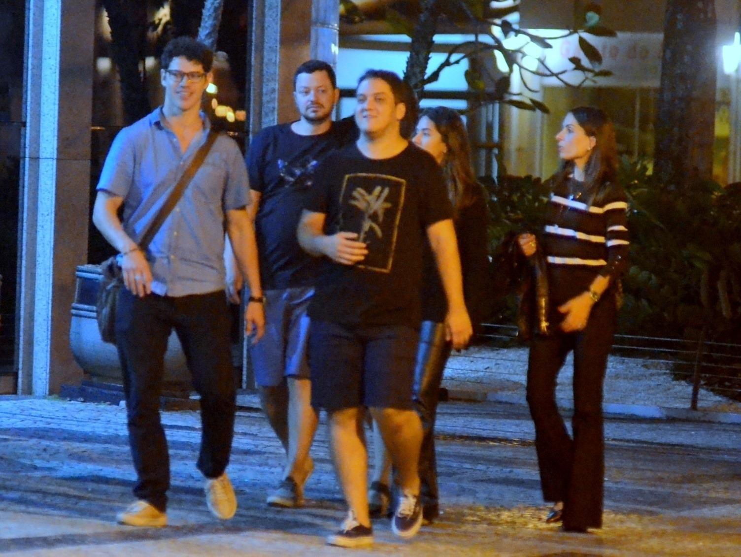 José Loreto junto com amigos caminhando na rua (Foto: AGNews)