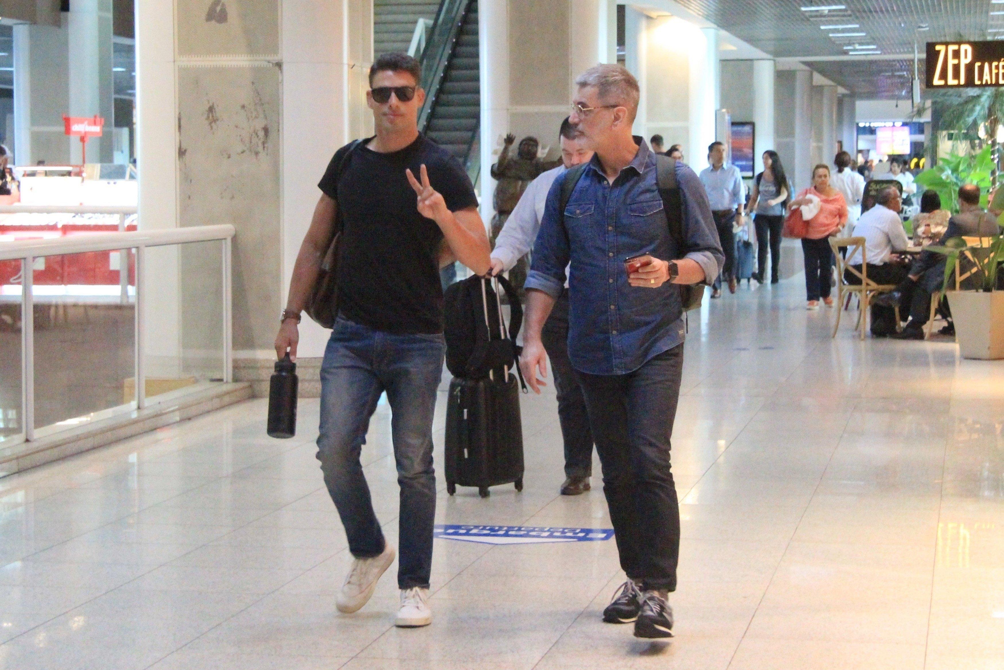 Cauã Reymond flagrado com o pai em aeroporto do Rio de Janeiro (Fabio Moreno / AgNews)