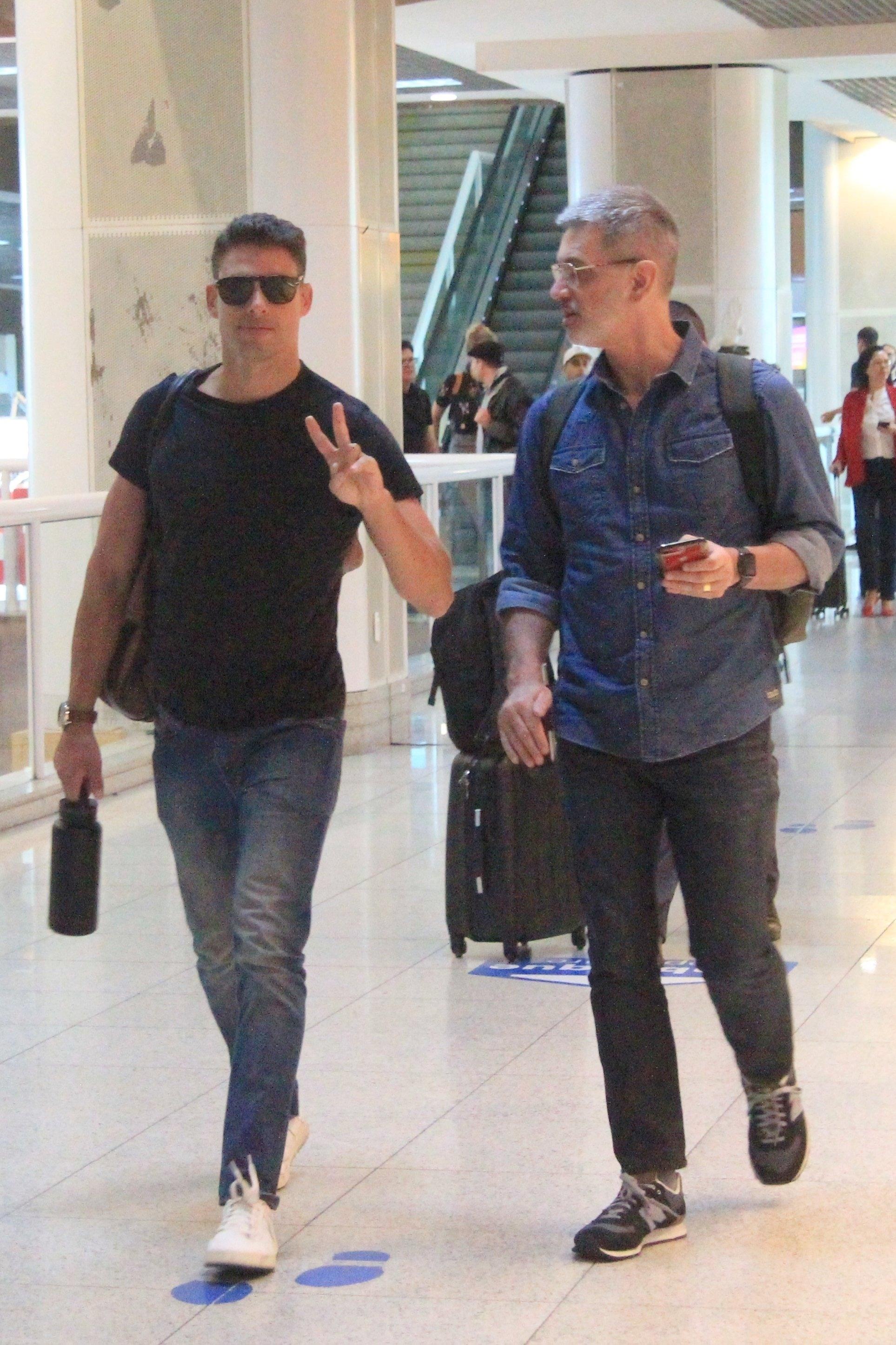 o ator da Globo flagrado com o pai em aeroporto do Rio de Janeiro (Fabio Moreno / AgNews)