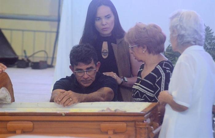 Francisco Diniz no velório do filho, Gabriel Diniz (Foto: Genivaldo Paparazzi/AgNews)