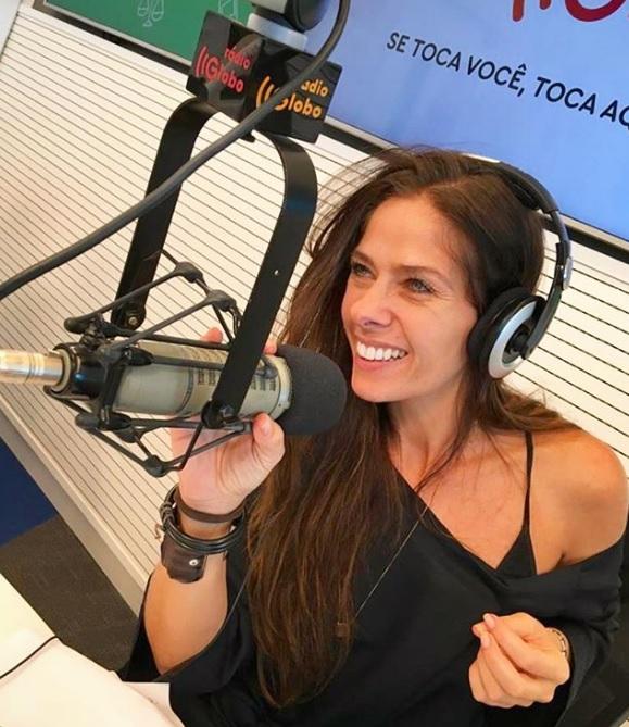 Adriane Galisteu na Rádio Globo (Foto: Reprodução/Instagram)