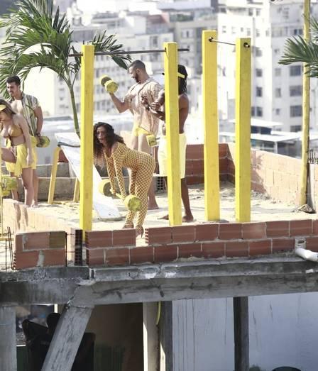 38e7d6735 Anitta em gravação de clipe em laje na favela (Foto  Agnews)