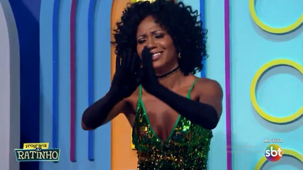 Bailarina pede para não demitida no Ratinho do SBT. (Foto: Reprodução)