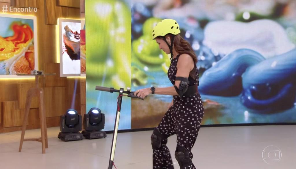 Fátima Bernades chegou no Encontro de Patinete na Globo