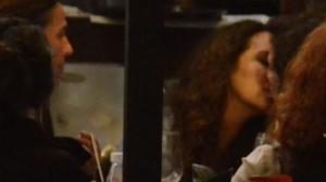 Ana Carolina foi flagrada aos beijos com outra mulher no Rio (AgNews)