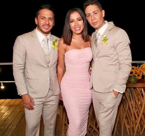 Bissexual assumida, Anitta dá em cima de famosa apresentadora de TV casada em casamento de Carlinhos Maia Foto: Reprodução