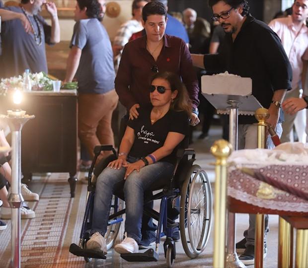 Claudia Rodrigues de Cadeira de Rodas em velório (Foto: Daniel Pinheiro/AgNews)