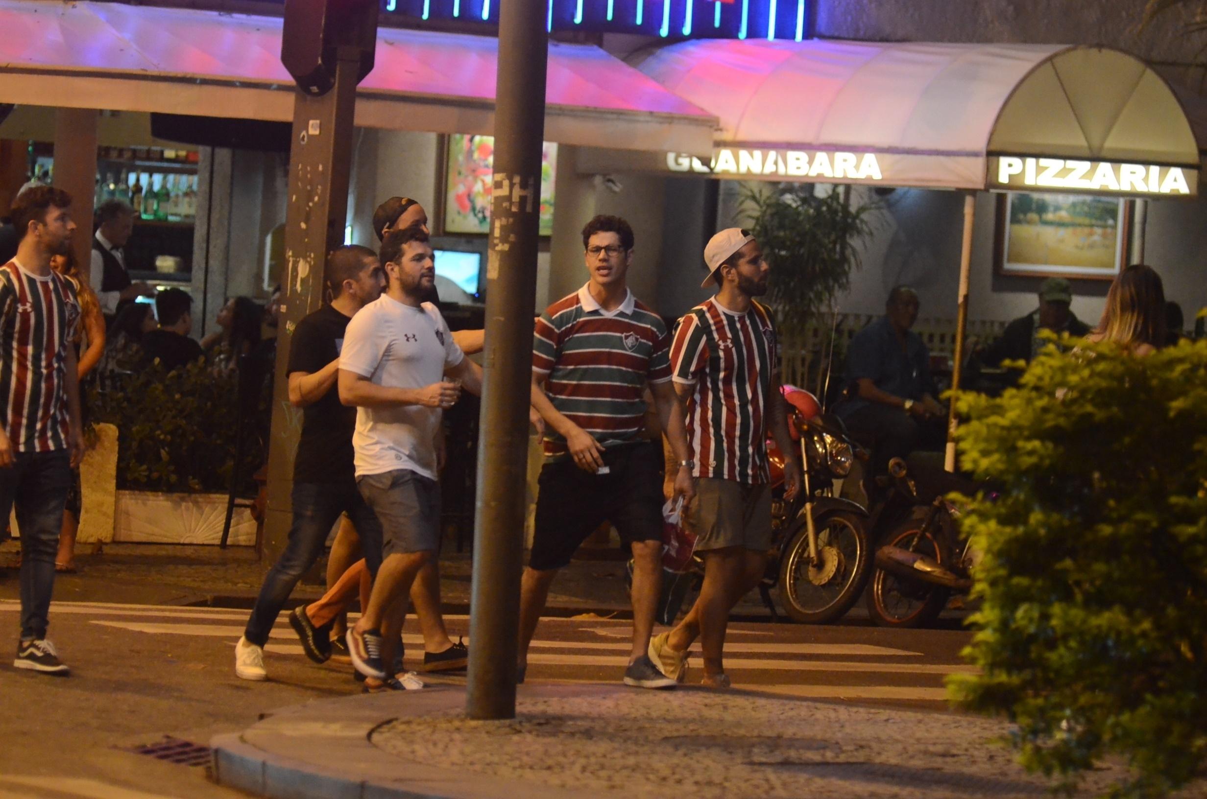 José Loreto cai na farra e vai assistir jogo do Fluminense,  quebrando regra de Débora Nascimento (Webert Belicio / AgNews)