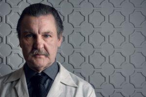 Antonio Calloni vive o médico Roger Sadala em Assédio (Foto: Ramón Vasconcelos/Globo)