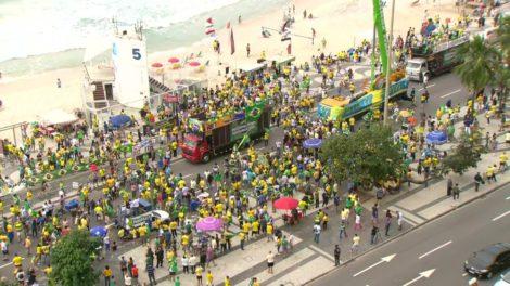 Manifestantes fazem ato pró-Bolsonaro em Copacabana — (Foto: Reprodução / TV Globo)