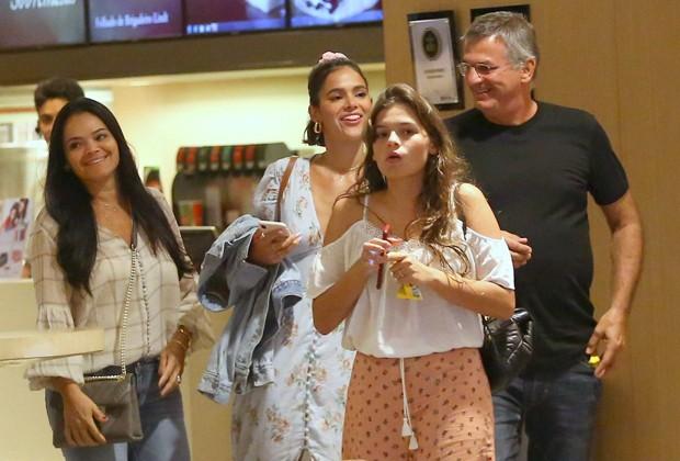 Bruna Marquezine curte folga em família (Foto: Daniel Delmiro/AgNews)