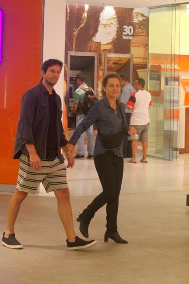 Caio Blat conversando com Adriana Esteves e Vladimir Brichta em shopping no RJ (Foto: AgNews)